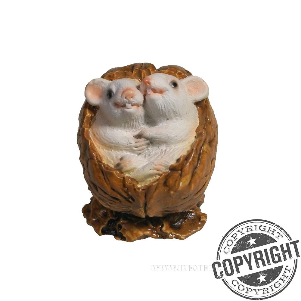 Фигурка декоративная Белые крыски в орешке (акрил) L5 W4 H4 см оптом